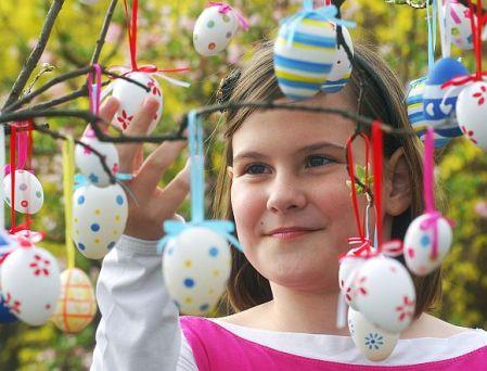 Húsvét - Festett tojásokkal díszített fa Kecskeméten